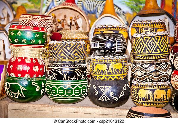 Coloridamente pintadas ollas de madera en el mercado, África. - csp21643122