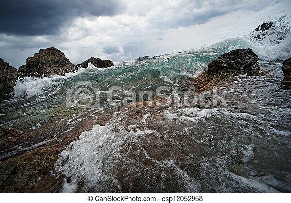 Gran ola oceánica que rompe las rocas - csp12052958