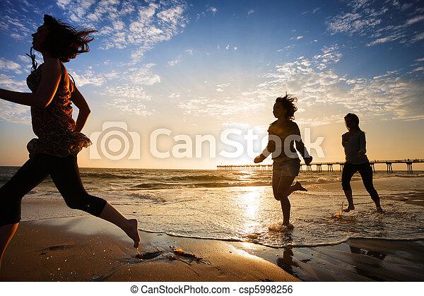 ondergaande zon , rennende , meiden, drie, oceaan - csp5998256