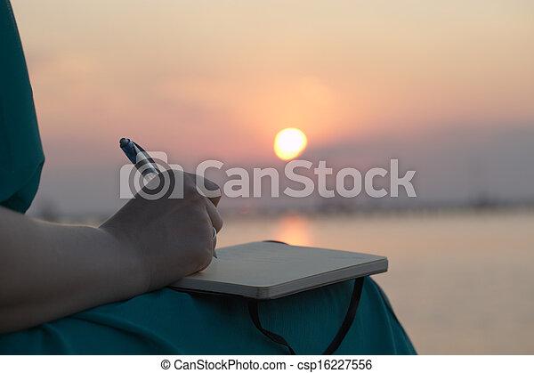 ondergaande zon , vrouw, dagboek, haar, schrijvende  - csp16227556