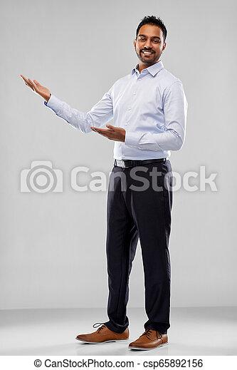 op, grijze , indiër, iets, vasthouden, zakenman - csp65892156