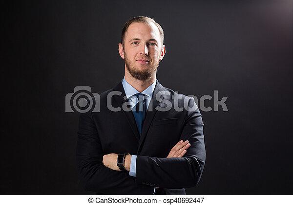 op, zwarte achtergrond, kostuum, zakenman, vrolijke  - csp40692447