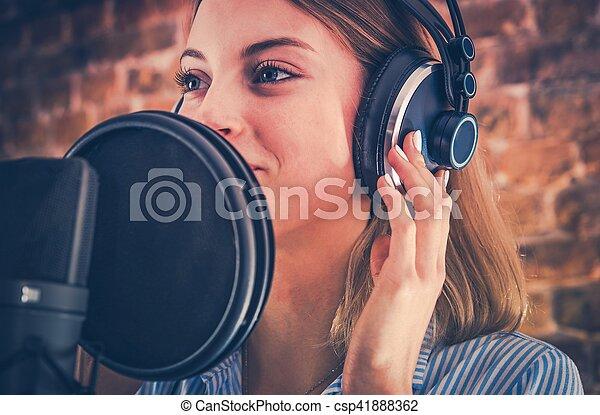 opname, vrouw, audiobook - csp41888362
