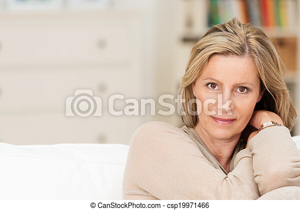 oprecht, vrouw, van middelbare leeftijd, aantrekkelijk - csp19971466