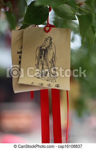 Oraciones de papel y deseos en el templo de Confucio en Shangai, China - csp16108837