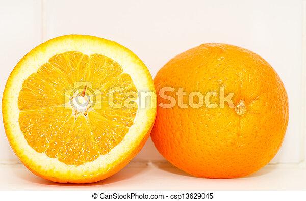 orange, coupure, moitié - csp13629045