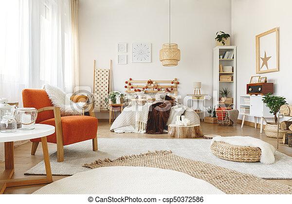 Oranje stoel, slaapkamer. Groot, comfy, helder, ruim, slaapkamer ...
