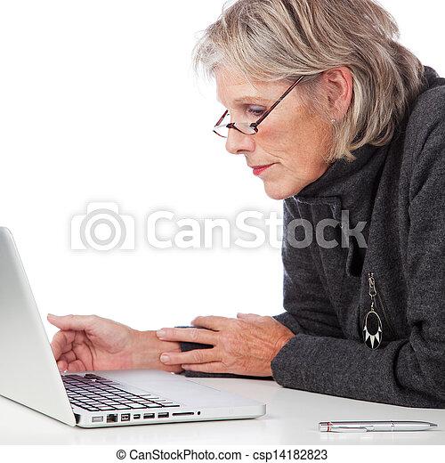 ordinateur portable, personne âgée femme, fonctionnement - csp14182823