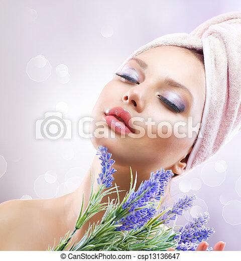 La chica del spa con flores de lavanda. Cosméticos orgánicos - csp13136647