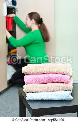 organizando, mulher, coisas, jovem, caucasiano, experiência., guarda-roupa, pilha, roupas - csp5814991