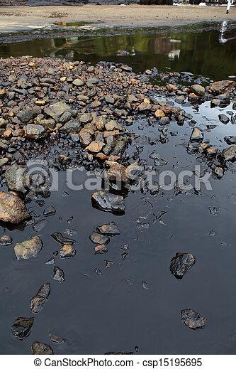 Derrame de petróleo en la costa del mar - csp15195695