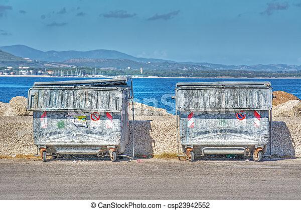 contenedores de basura de metal en la orilla - csp23942552