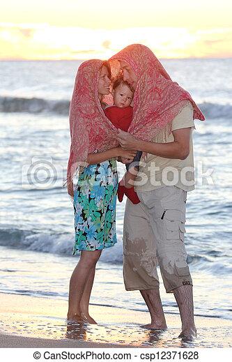 Familia en la costa del mar - csp12371628