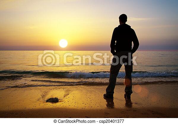 Hombre en la orilla - csp20401377