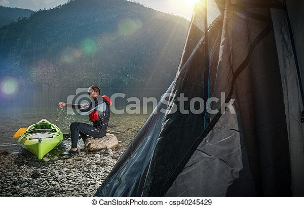 Acampando en la orilla del lago - csp40245429