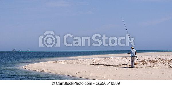 Pescador en la costa del mar - csp50510589