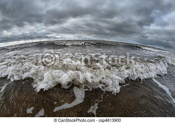 Océano rompiendo la costa - csp4613900