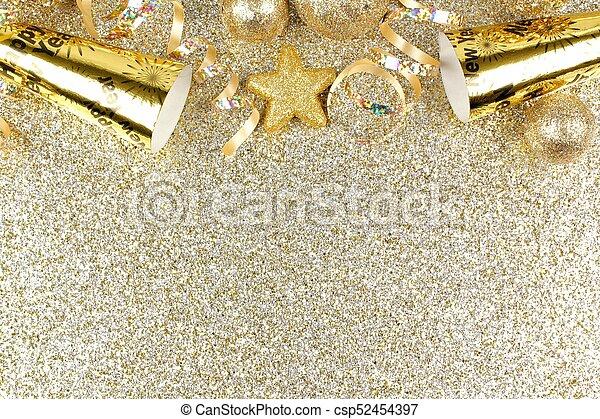 La víspera de Año Nuevo bordea un fondo dorado - csp52454397