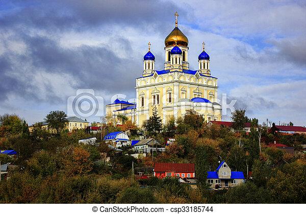 Iglesia ortodoxa en la ciudad. - csp33185744