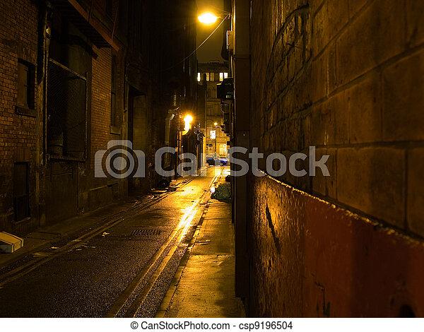 Da miedo el callejón oscuro por la noche - csp9196504