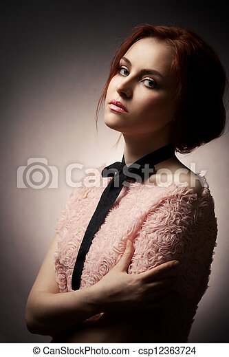 La dama de la moda de fondo oscuro - csp12363724