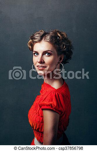 Una chica sonriendo en un fondo oscuro - csp37856798
