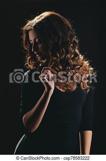 oscuridad, niña, fondo., rizado - csp78583222