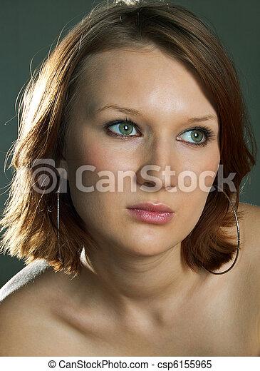 Hermosa chica en una oscuridad - csp6155965