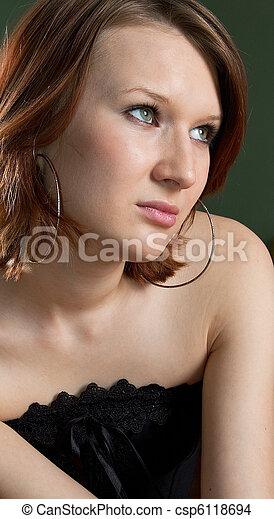 Una chica de fondo oscuro - csp6118694
