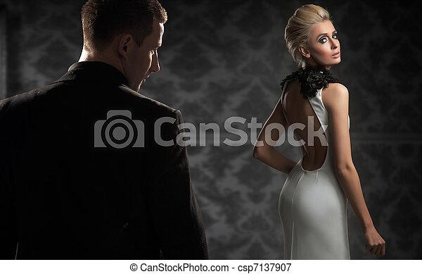 oscuridad, pareja, habitación, guapo - csp7137907