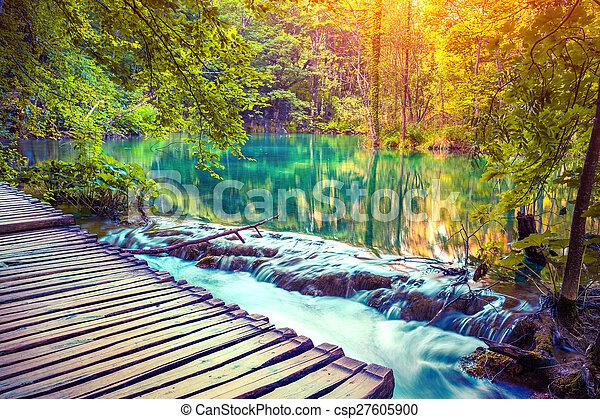 Colorido amanecer otoñal en el parque nacional de lagos flexibles. - csp27605900