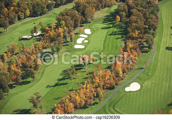 Vista aérea del campo de golf en otoño - csp16236309