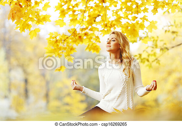 otoño, meditar, mujer, parque - csp16269265