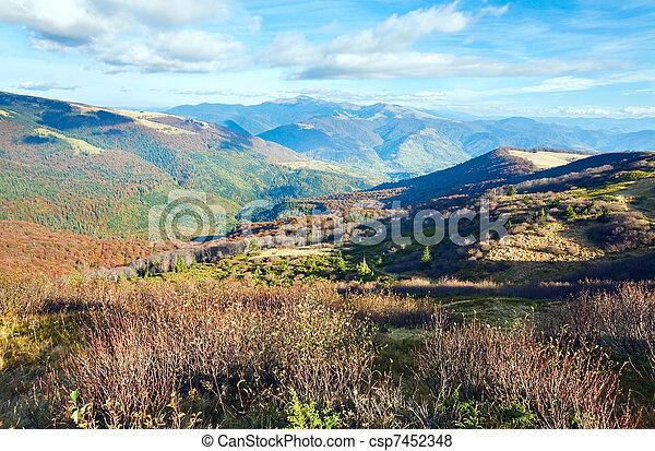Montañas de otoño y árboles desnudos - csp7452348
