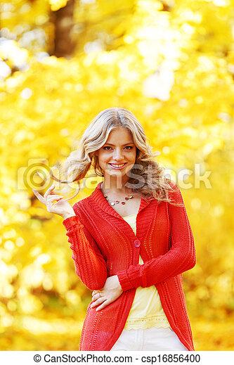 otoño, mujer - csp16856400