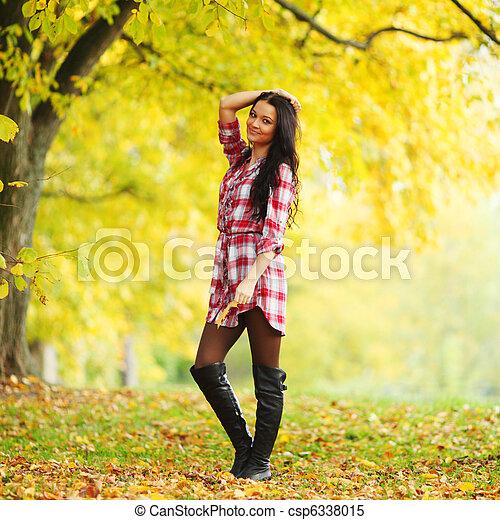 otoño, mujer - csp6338015
