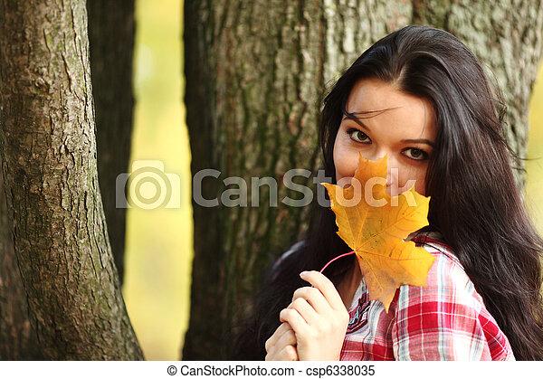 otoño, mujer - csp6338035