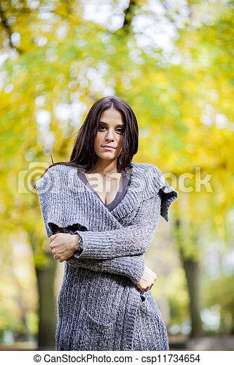 Joven en el bosque de otoño - csp11734654