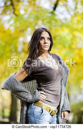 Joven en el bosque de otoño - csp11734726