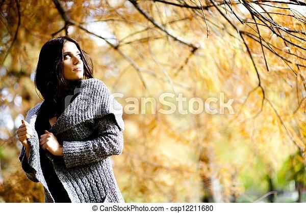 Mujer joven en el bosque de otoño - csp12211680
