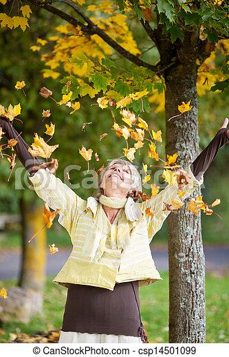 otoño sale, mujer, 3º edad, caer - csp14501099