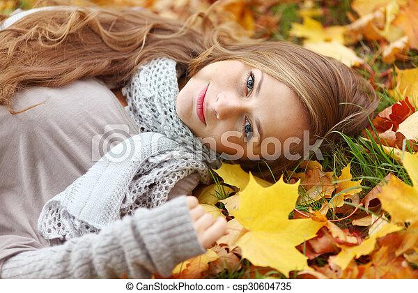 otoño sale, mujer - csp30604735