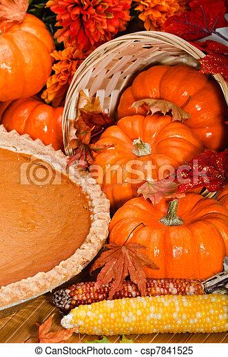 Pastel de calabaza con hojas de otoño y calabazas. - csp7841525