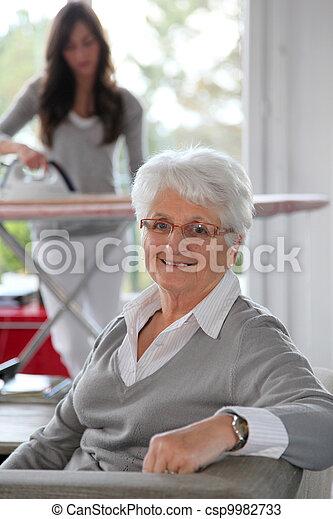 otthon, nő, closeup, segítség, öregedő - csp9982733