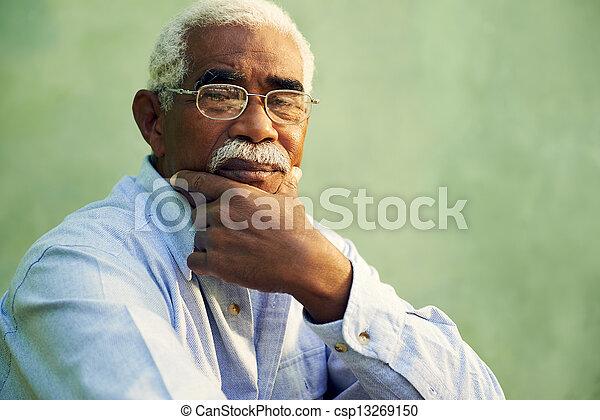 oud, het kijken, amerikaan, fototoestel, afrikaan, verticaal, serieuze , man - csp13269150