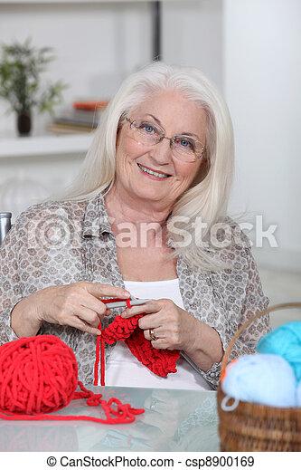 oud, knitting., dame - csp8900169