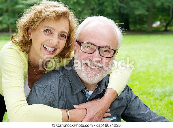 ouder paar, het glimlachen, het merken genegenheid, vrolijke  - csp16074235
