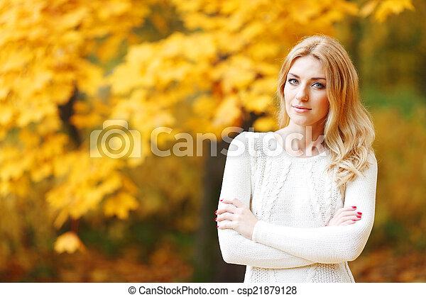 outono, mulher, parque - csp21879128