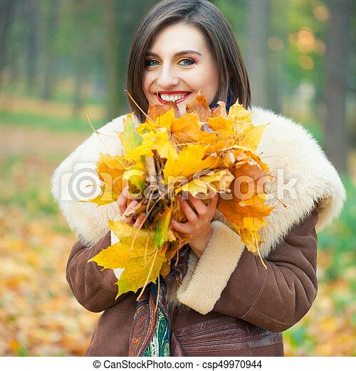 outono, posar, mulher, parque, jovem - csp49970944