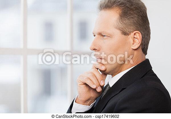 over, zijn, middelbare leeftijd , denken, weg, business., formalwear, hand, het kijken, nadenkend, kin, vasthouden, aanzicht, bovenkant, man - csp17419602